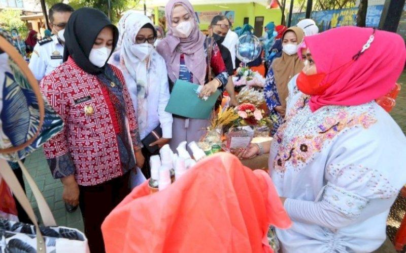 PEMANTAUAN. Wakil Wali Kota Makassar, Fatmawati Rusdi (kiri), memantau lomba UMKM di Kelurahan Tamamaung, Kecamatan Panakkukang, Kota Makassar, Rabu (29/9/2021). foto: istimewa