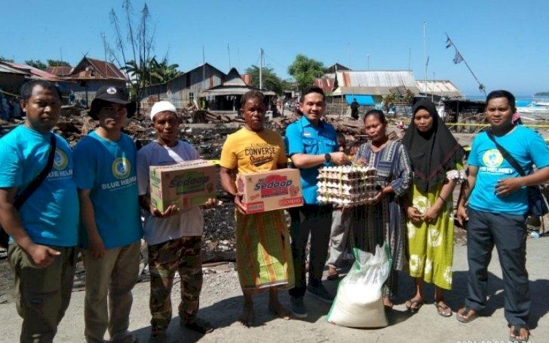 SALURKAN BANTUAN. Partai Gelora menyalurkan bantuan untuk korban musibah kebakaran di Dusun Suli, Desa Galesong Baru, Kecamatan Galesong, Kabupaten Takalar, Rabu (29/9/2021). foto: istimewa