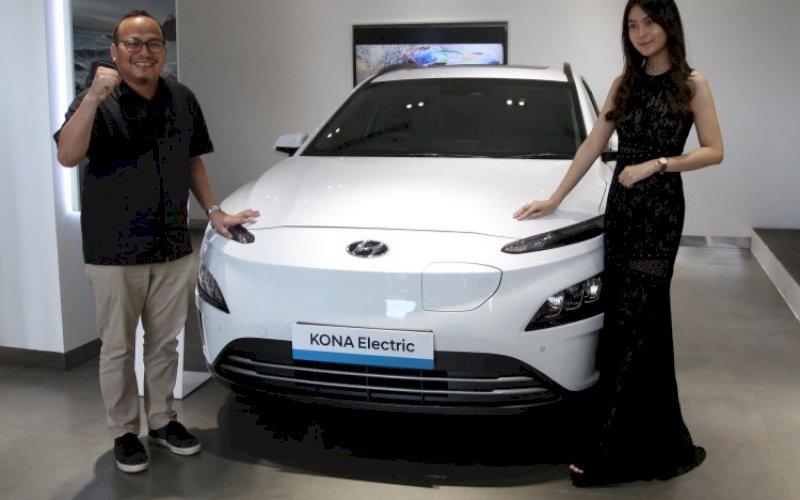 HYUNDAI. CEO Hyundai Gowa Damoza Nirwan (kiri) sebagai pemegang lisensi diler Hyundai di Nipah Mall Makassar saat memperkenalkan produk Hyundai di City Store Hyundai Nipah Mall, Jumat (1/10/2021). foto: istimewa