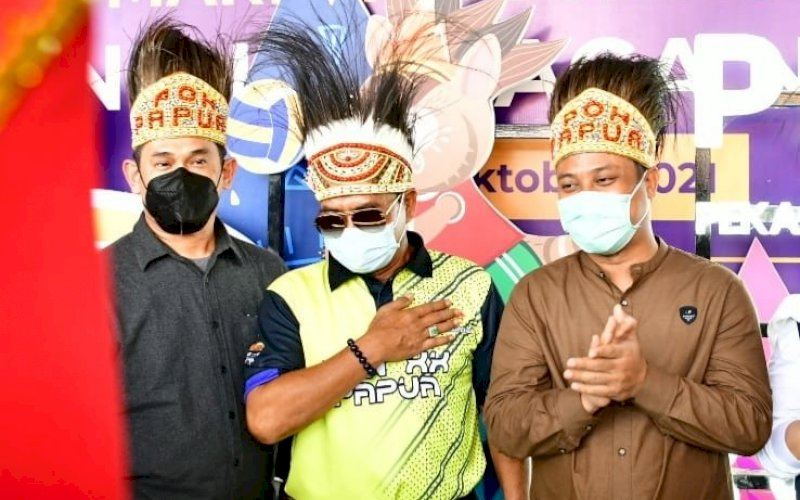 SAMBUTAN. Plt Gubernur Sulsel Andi Sudirman Sulaiman (kanan) bersama rombongan mendapatkan sambutan saat tiba di Bandara Sentani, Kota Jayapura, Papua, Jumat (1/10/2021). foto: istimewa