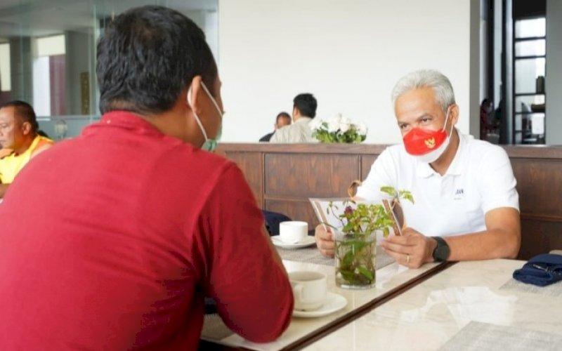 PERTEMUAN. Plt Gubernur Sulsel Andi Sudirman Sulaiman bertemu dengan Gubernur Jawa Tengah Ganjar Pranowo di Papua, Sabtu (2/10/2021). foto: istimewa