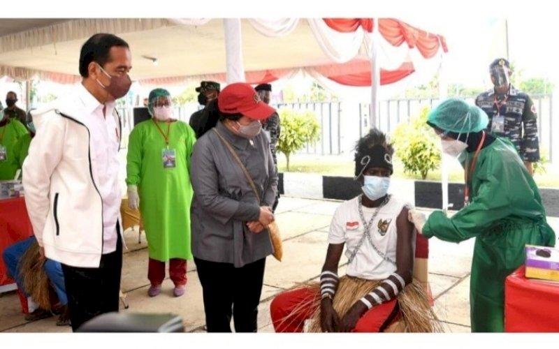 VAKSINASI. Presiden Joko Widodo meninjau kegiatan vaksinasi Covid-19 bagi masyarakat dan pelajar di halaman Kantor Bupati, Kabupaten Merauke, Provinsi Papua, Minggu (3/10/2021). foto: istimewa