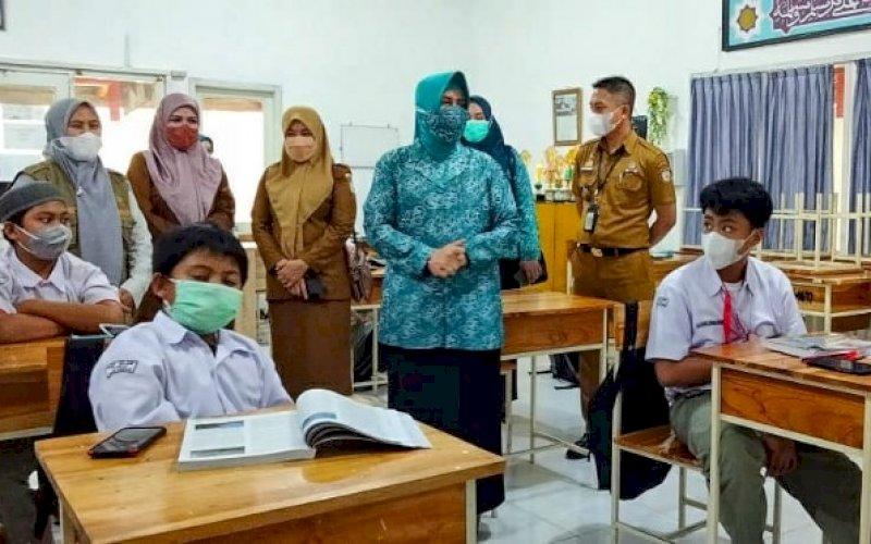 PENINJAUAN. Ketua Tim Penggerak PKK Kota Makassar, Indira Jusuf Ismail, meninjau pelaksanaan Pembelajaran Tatap Muka (PTM) terbatas di SMP Athirah Bukit Baruga Makassar, Senin (4/10/2021). foto: istimewa