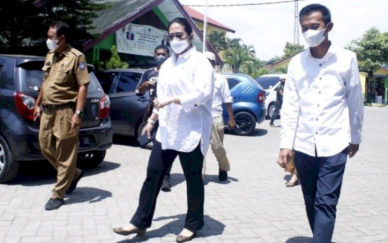 KUNJUNGAN. Anggota DPRD Provinsi Sulsel dari Fraksi Golkar, DebbiePurnama Rusdin, saat mengunjungi SMKN 1 Makassar di Jl Andi Mangerangi, Kota Makassar, Senin (4/10/2021). foto: istimewa