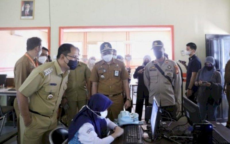 TINJAU PTM. Wali Kota Makassar, Moh Ramdhan Pomanto, meninjau simulasi Pembelajaran Tatap Muka (PTM) di SMPN 6 Makassar di Jl Ahmad Yani, Kota Makassar, Senin (4/10/2021). foto: istimewa