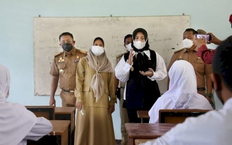 SIMULASI PTM. Wakil Wali Kota Makassar, Fatmawati Rusdi, simulasi Pembelajaran Tatap Muka (PTM) di SMPN 15 Kota Makassar, Senin (4/10/2021). foto: istimewa