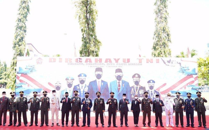 HUT TNI. Suasana upacara perayaan dirgahayu TNI ke-76 tahun di Lapangan Terbuka Voli, Jl Sungai Tangka, Kota Makassar, Selasa (5/10/2021). foto: istimewa