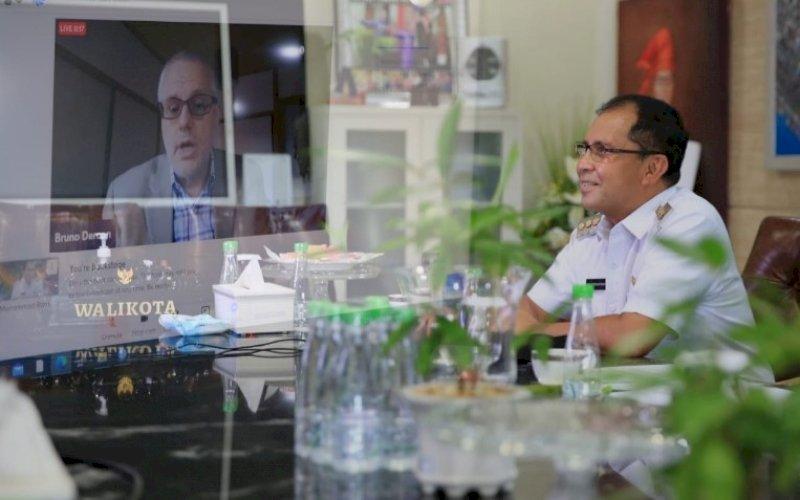 PEMBICARA. Wali Kota Makassar, Moh Ramdhan Pomanto, didaulat sebagai pembicara pada ASEAN Sustainable Urbanisation Forum (ASUF) yang digelar secara virtual di kediaman pribadinya, Jl Amirullah, Kota Makassar, Rabu (6/10/2021). foto: istimewa