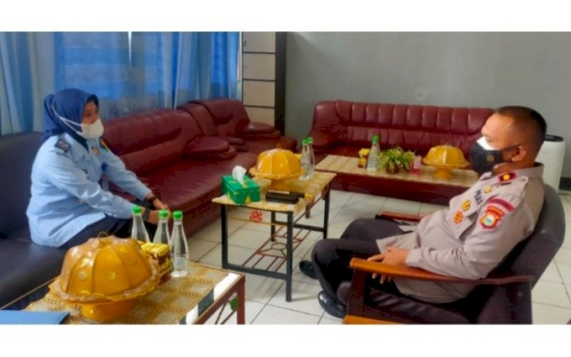 SILATURAHMI. Danyon C Pelopor Satbrimob Polda Sulsel, Kompol Nur Ichsan (kanan) diterima Plt Kepala Bapas Kelas II Watampone Marwati saat berkunjung ke Bapas Kelas II Watampone di Jl Yos Sudarso, Kelurahan Cellu, Kecamatan Tanete Riattang Timur, Kabupaten Bone, Kamis (7/10/2021). foto: istimewa