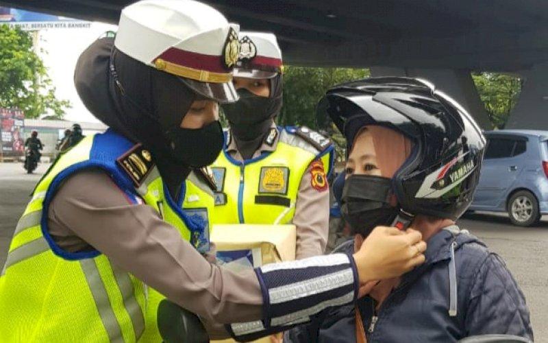 KAMPANYE. Personel Samsat Makassar melakukan kampanye tertib berlalu lintas di Pos Lantas Flyover, Jl AP Pettarani, Kota Makassar, Kamis (14/10/2021). foto: istimewa