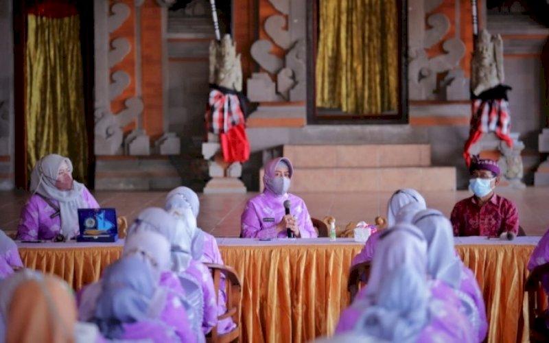 KUNJUNGAN. Ketua Tim Penggerak PKK Kota Makassar, Indira Jusuf Ismail (tengah), bersama rombongan berkunjung ke DesaPenglipuran, Kabupaten Bangli, Provinsi Bali, Jumat (8/10/2021). foto: istimewa