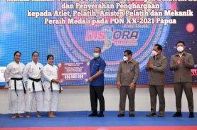 Plt Gubernur Sulsel Serahkan Bonus PON Papua