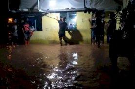 Dinsos dan BPBD Sulsel Salurkan Bantuan untuk Korban Banjir dan Longsor di Torut