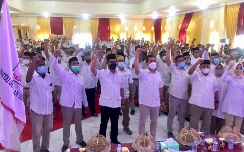 PELANTIKAN. Ketua DPC Gerindra Pangkep, Kamrussamad, saat melantik struktur pemenangan Pemilu 2024 di Gedung Mutiara, Kecamatan Minasatene, Pangkep, Senin (11/10/2021). foto: istimewa