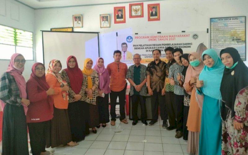 PELATIHAN. Tim pengabdi dari UNM melaksanakan PKM berupa pelatihan desain pembelajaran daring dengan aplikasi Canva bagi guru ekonomi di Kabupaten Jeneponto, Minggu (10/10/2021). foto: istimewa
