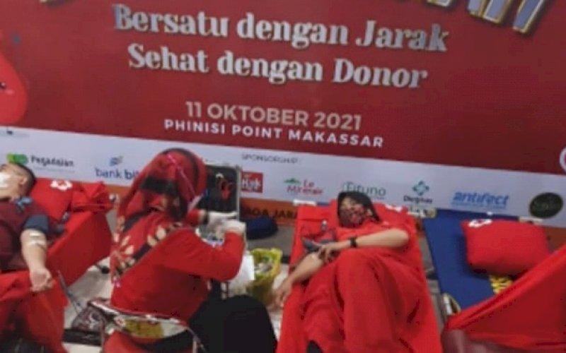 DONOR DARAH. DPD PIM Provinsi Sulsel menggelar bakti sosial berupa vaksinasi Covid-19 dan donor darah di Mal Phinisi Point (Pipo) Makassar, Senin (11/10/2021). foto: istimewa
