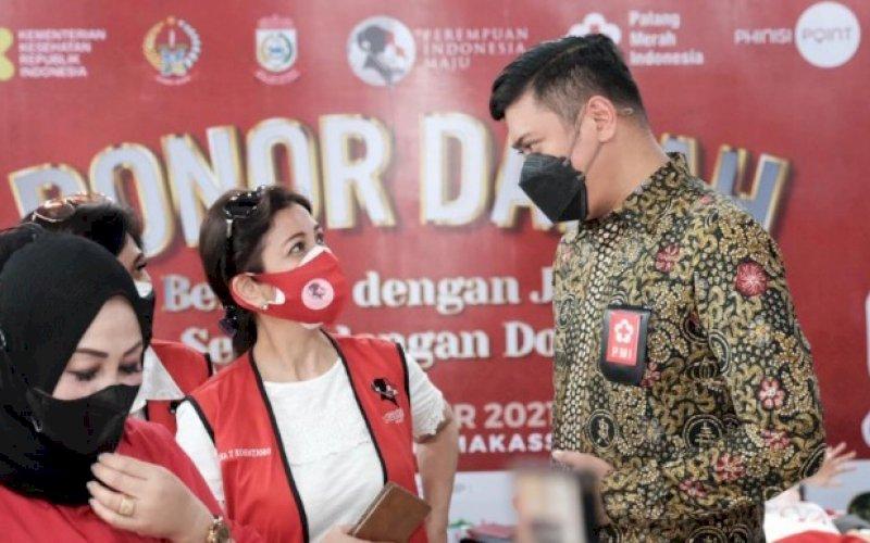 DONOR DARAH. Ketua PMI Sulsel yang juga Bupati Gowa, Adnan Purichta Ichsan, meninjau pelaksanaan donor darah yang digelar PIM Provinsi Sulsel di Mal Phinisi Point (Pipo) Makassar, Senin (11/10/2021). foto: istimewa