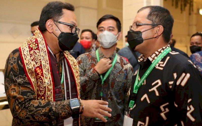 FORUM APEKSI. Wali Kota Makassar Moh Ramdhan Pomanto (kanan) berdiskusi dengan Ketua Apeksi Bima Arya (kiri) serta Wali Kota Surakarta Gibran Rakabuming Raka pada Indo Smart City Forum dan Expo 2021 di The Rich Jogja Hotel Yogyakarta, Rabu (13/10/2021). foto: istimewa
