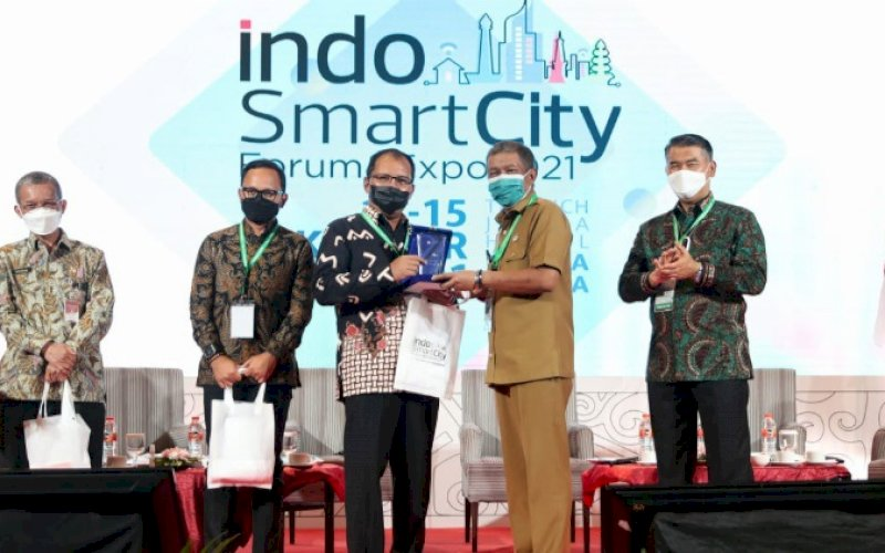 PEMBICARA. Wali Kota Makassar, Moh Ramdhan Pomanto (tengah), didaulat menjadi pembicara pada Indo Smart City Forum & Expo 2021 yang digelar Apeksi di The Rich Jogja Hotel Yogyakarta, Rabu (13/10/2021). foto: istimewa