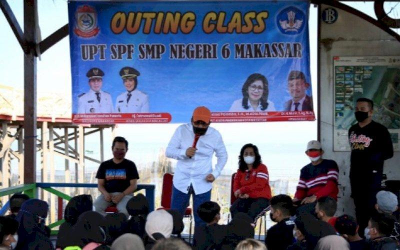 OUTING CLASS. Wali Kota Makassar, Moh Ramdhan Pomanto, memberikan materi lingkungan hidup dalam simulasi konsep belajar outing class kepada siswa siswi SMPN 6 Makassar di Kawasan Ekowisata Mangrove Lantebung, Sabtu (9/10/2021). foto: istimewa