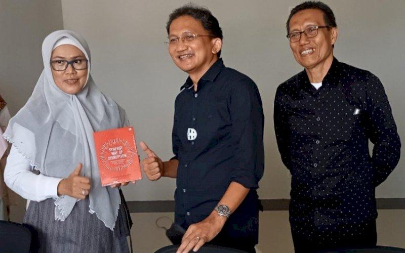 KULIAH UMUM. Rektor UIM Dr Hj A Majdah M Zain MSi bersama mentor startup digital teknologi dan ekosistem Achmad Sugianto usai membawakan kuliah umum di Auditorium KH Muhyiddin UIM, Makassar, Rabu (13/10/2021). foto: istimewa