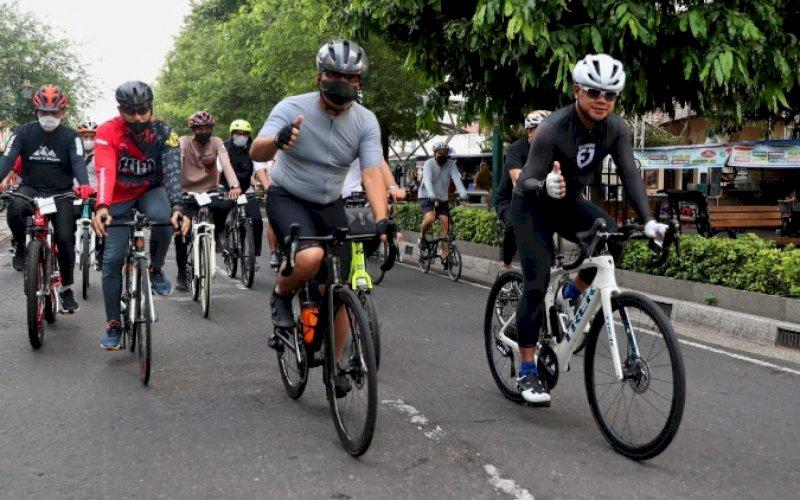 GOWES. Wali Kota Makassar, Moh Ramdhan Pomanto (kedua kanan), mengikuti kegiatan 'Gowes Monalisa Tilik Jeron Benteng' atau Menikmati Harmoni Jogja dengan Lima Jalur Sepeda Wisata, Kamis (14/10/2021). foto: istimewa