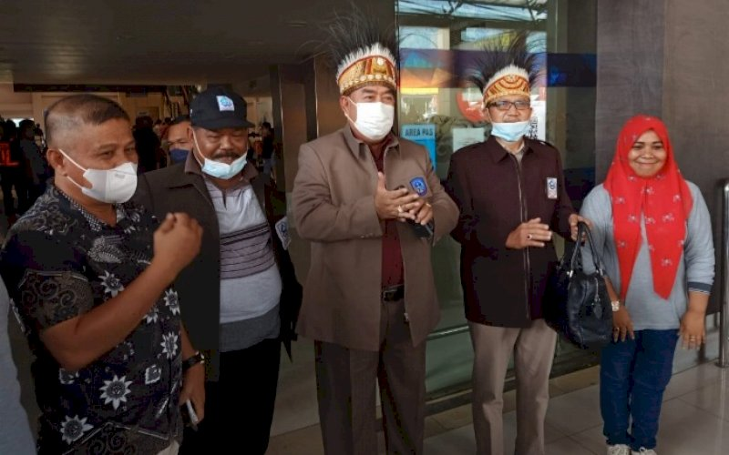 SAMBUTAN. Sekda Provinsi Sulsel, Abdul Hayat Gani (tengah), tiba di Bandara Internasional Sentani Jayapura, Papua dan disambut KKDB, Kamis (14/10/2021). foto: istimewa