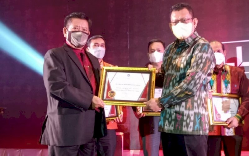 LLDIKTI AWARD. Rektor Unismuh Sinjai Dr Umar Congge SSos MSi (kiri) menerima LLDiktiAwards Tahun 2021 dari KepalaLLDikti Wilayah IX Sultan Batara Prof Dr Ir Jasruddin MSi di Hotel Claro Makassar, Kamis (14/10/2020) malam. foto: istimewa