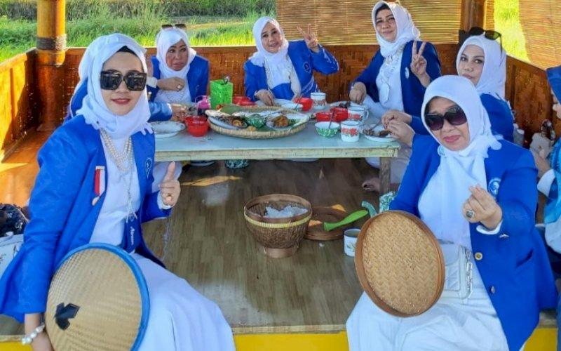 KUNJUNGAN. Rombongan pengurus DPD IWAPI Provinsi Sulsel berkunjung dan menikmati kuliner ke Lesehan Tepi Sawah Sidrap. foto: istimewa