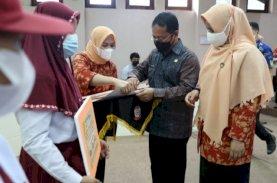 DWP Makassar Serahkan Bantuan Pendidikan Bagi Anak ASN Berprestasi