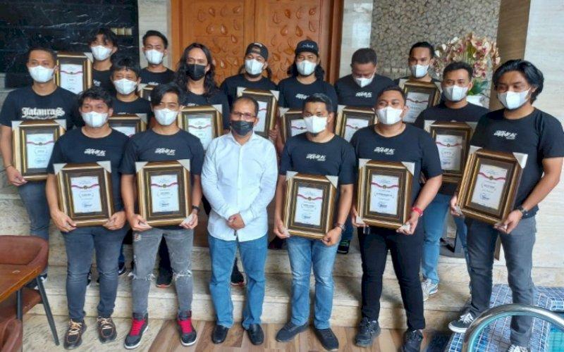 PENGHARGAAN. Wali Kota Makassar, Moh Ramdhan Pomanto, memberikan penghargaan kepada personel Jatanras Polrestabes Makassar di kediaman pribadinya, Jl Amirullah, Kota Makassar, Sabtu (9/10/2021). foto: istimewa